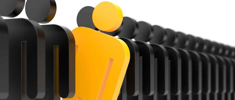 lange Reihe schwarzer Icon-Männchen mit einem gelben Männchen das rausschaut