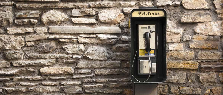 Altes spanisches Telefon auf typisch galicischer Steinwand