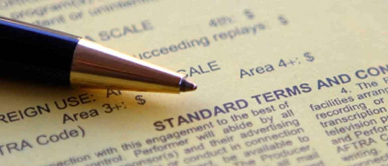 """Kugelschreiber der Auf Gesetzestext liegt und zeigt auf """"Standard Terms and Con"""""""