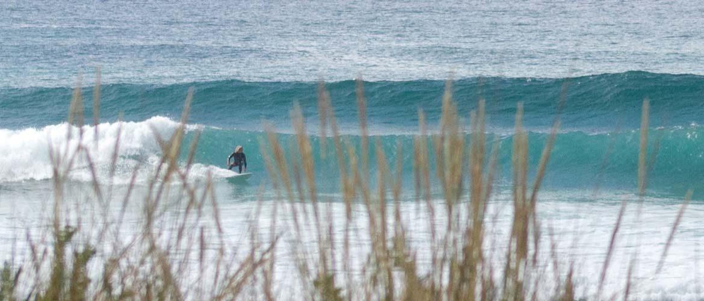 un surfista en una izquerda perfecta en la playa de A Frouxeira en Valdoviño
