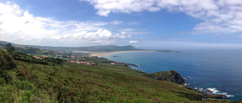 vista de la playa de A Frouxeira con la punta y la montaña de campelo en el trasfondo