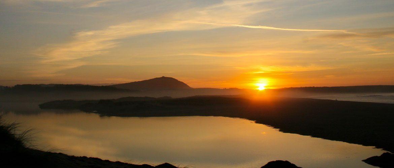 atardecer maravilloso con la lagoa de A Frouxeira en el primer plano y la mar en el trasfondo